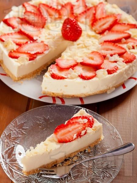 Чийзкейк с блат от бадеми и обикновени бисквити, бял шоколад, течна сметана, извара, пресни ягоди и бадеми (с желатин и подсладител, печен) - снимка на рецептата